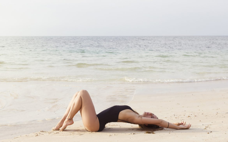 Girl_laying_on_sand