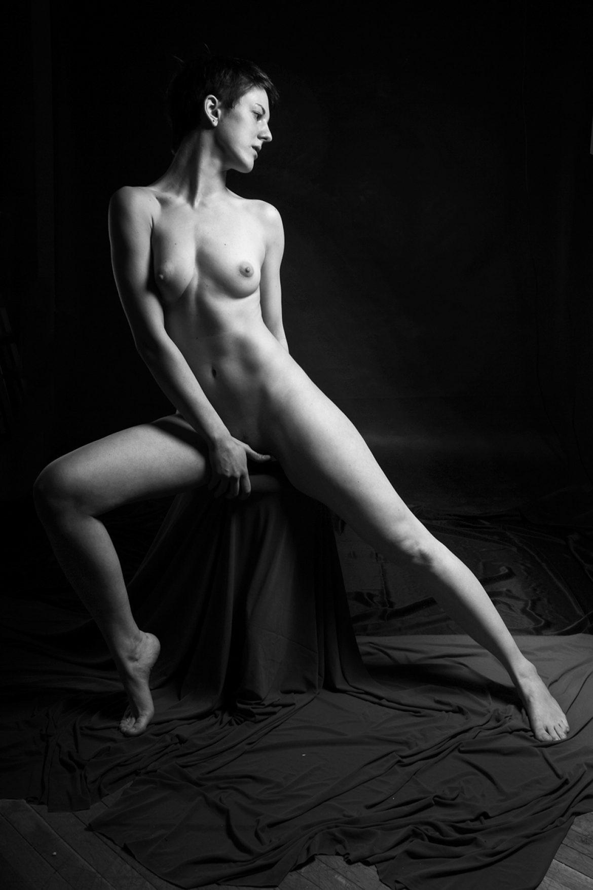 nude statuesque girl