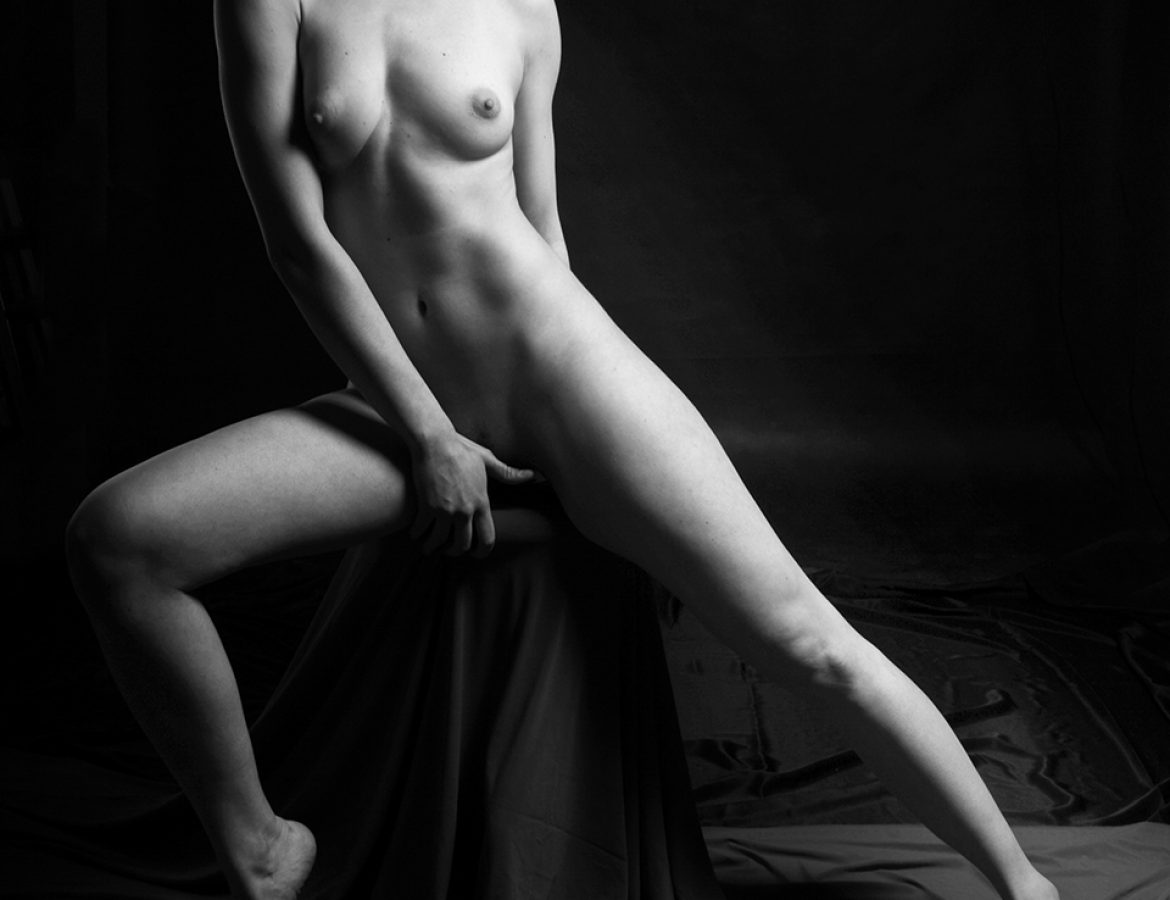 nude statuesque girl