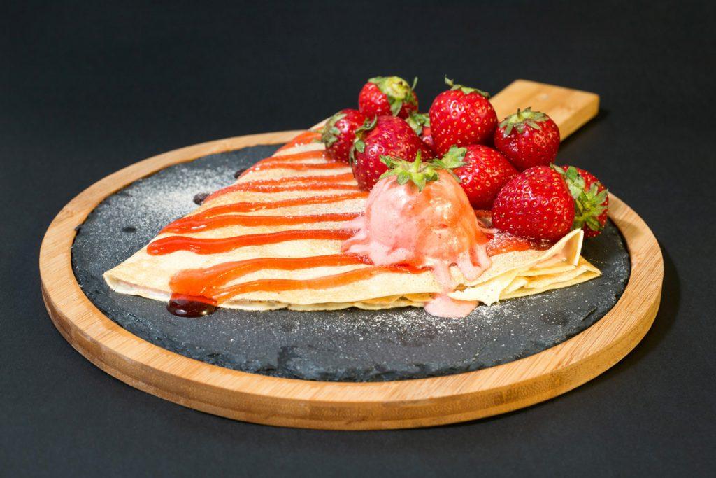 Crêpes aux fraises et crème glacée